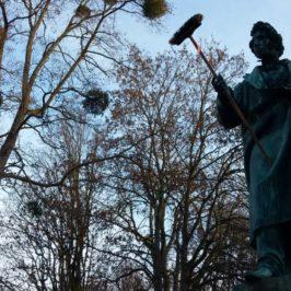 Wöhler-Denkmal mit Besen in Göttingen