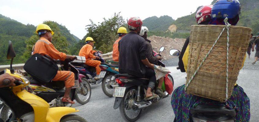 Mitten im abenteuerlichen Straßenverkehr Vietnams